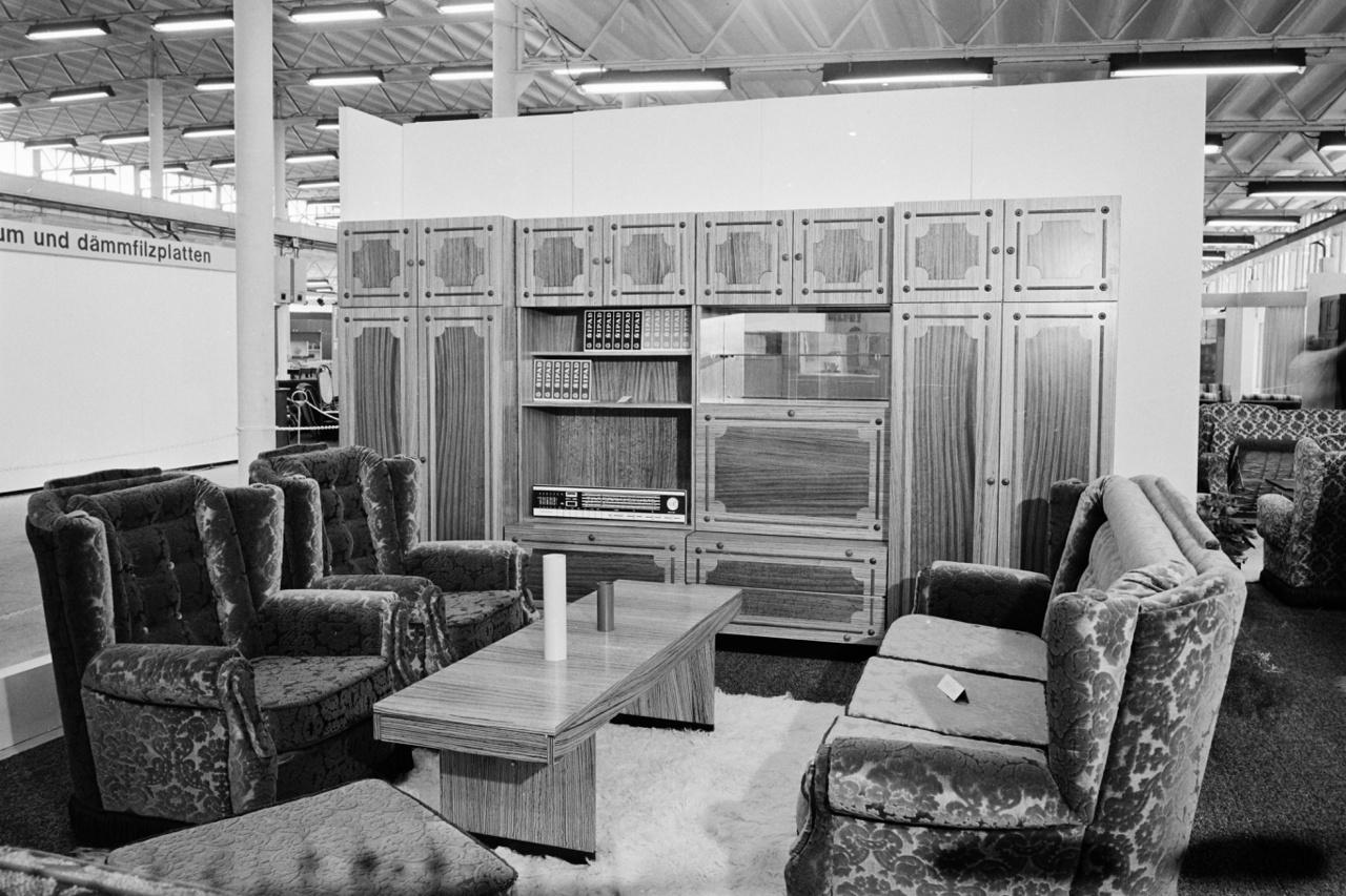 """NÉGY (kép: 35) A hatvanas évek végétől azonban mégis egyre inkább sikertörténetként tekinthetünk a bútorgyártásra. Ehhez azonban szükség volt az őszinte beismerésre is: """"Bútoriparunk jelenleg egyetlen korszerű üzemmel sem rendelkezik, új gyár az elmúlt 20 év alatt nem épült, a meglevők jelentős része bútorgyártásra kevésbé alkalmas, lakóövezetbe tartozó épületekbe települt"""" - írták 1969-ben."""
