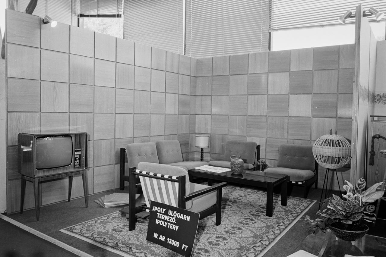 HÁROM (kép: 7) Az 1968 előtti bútorok csapnivaló minőségűek voltak, gyártásukhoz a legolcsóbb, és legpocsékabb anyagokat használták, a végletekig leegyszerűsítve őket, és most persze ne a híres skandináv egyszerűségre gondoljunk, inkább egyfajta szocialista igénytelenségre. Ennek egyik fő oka, hogy mindent feláldoztak a mennyiség oltárán, 1950 és 68 között a termelés tízszeresre nőtt.