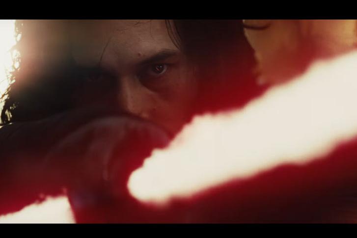 És itt a negyedik főszereplő is, Kylo Ren, akinek a jobb szemén ott egy sebhely, a zizegő kereszteslovag-kardja meg még mindig a régi.
