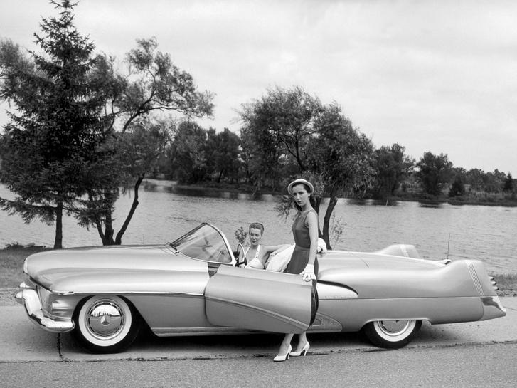 Ismerve a későbbi autókat, nem lepődik meg senki a formán. De 1950-ben ez a látvány irtózatosat üthetett. Még a csajok nélkül is