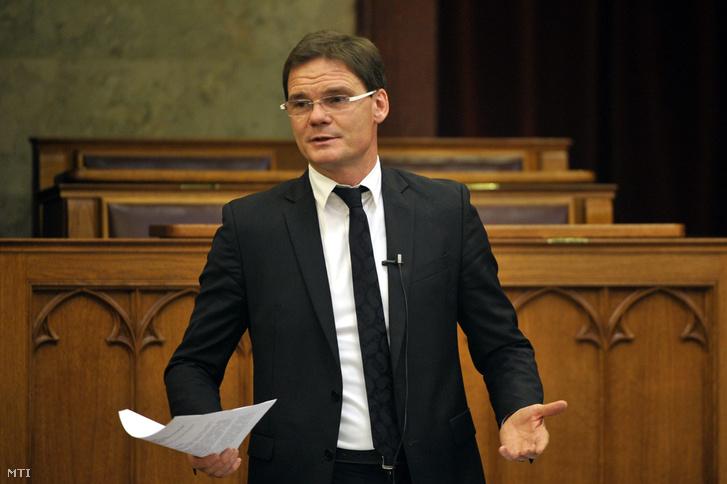 Bánki Erik az Országgyûlés gazdasági bizottságának fideszes elnöke beszél a Magyar Nemzeti Bank (MNB) 2012. 2013. 2014. évrõl szóló üzleti jelentéseinek és beszámolóinak vitáján az Országgyûlés plenáris ülésén 2015. november 4-én.