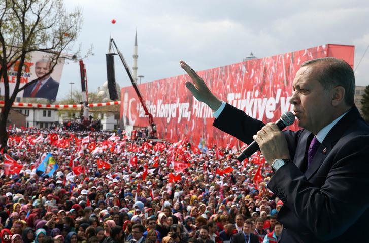 Erdogan az április 14-i kampányeseményen