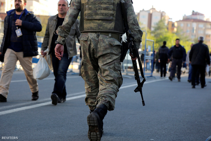 Fegyveres katonák biztosították a szavazókörök környékét