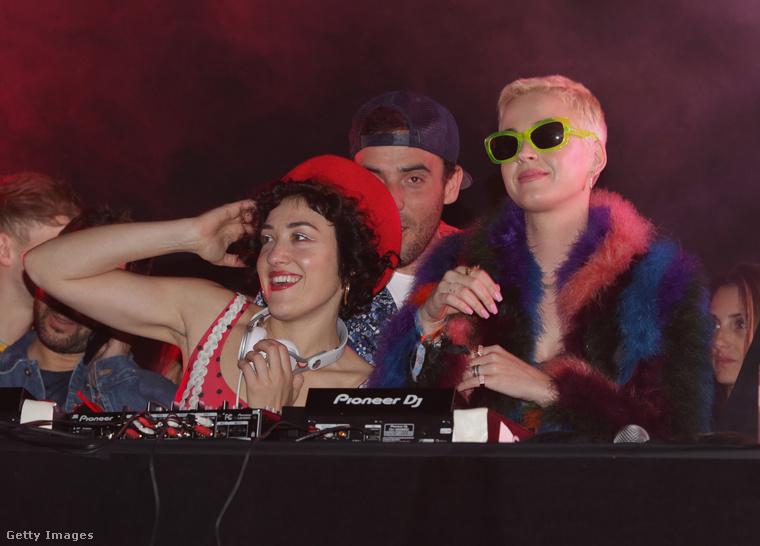 Ha Beyoncé és Palvin Barbara nem is, de Katy Perry rendesen odatette magát ebben a zöld fesztiválnapszemüvegben és a tarka szőrmével.