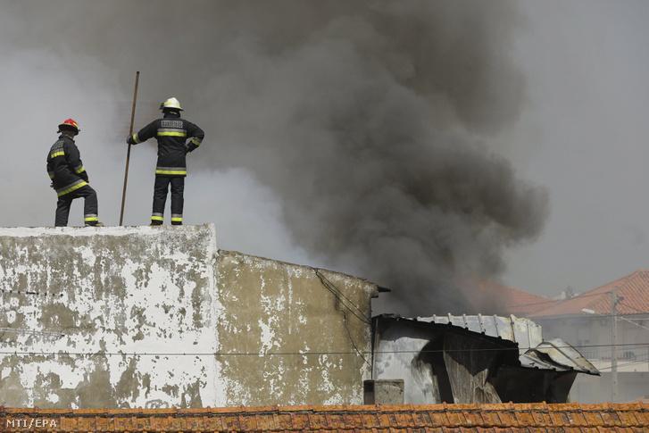 Füst száll fel a baleset helyszínéről