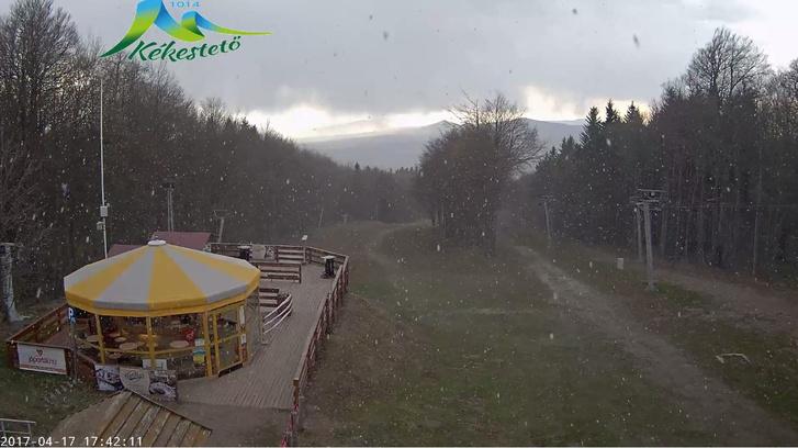 A kekesteto.hu webkamerája által rögzített képen épp nagy pelyhekben havazott húsvét hétfőn délután