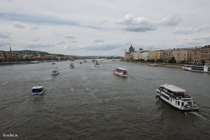 Sétahajók szezonnyitó felvonulása a Dunán húsvét hétvégén.