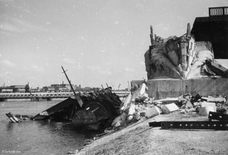 Haditengerészeti Hősi Emlékmű maradványai a Petőfi (Horthy Miklós) híd budai hídfőjénél 1945-ben
