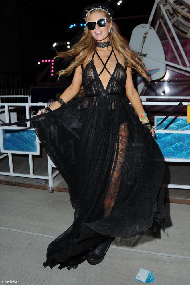 Paris Hilton fekete özvegynek öltözött ezzel a pókhálószerű ruhával és nagy rovarnapszemüveggel.