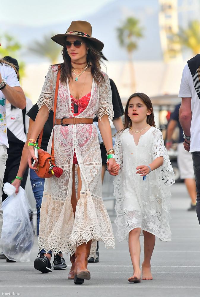 Alessandra Ambrosiót egyébként a promóesemény után is lefotózták, a fesztiválon a kislányával sétált.