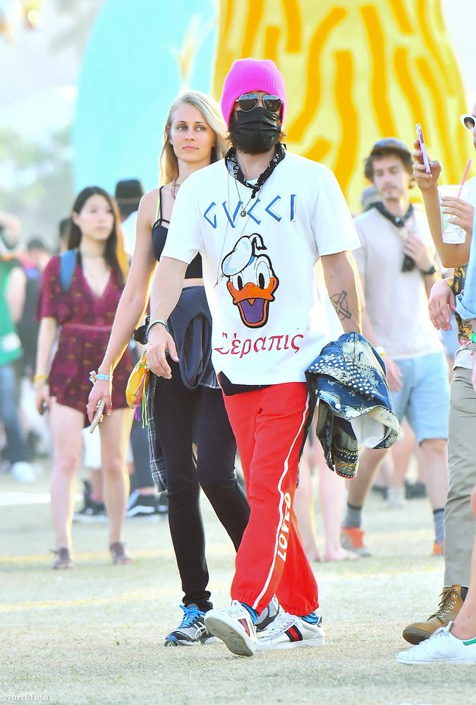 Levette a dzsekijét, és igen, donáldkacsás Gucci-póló van Letón