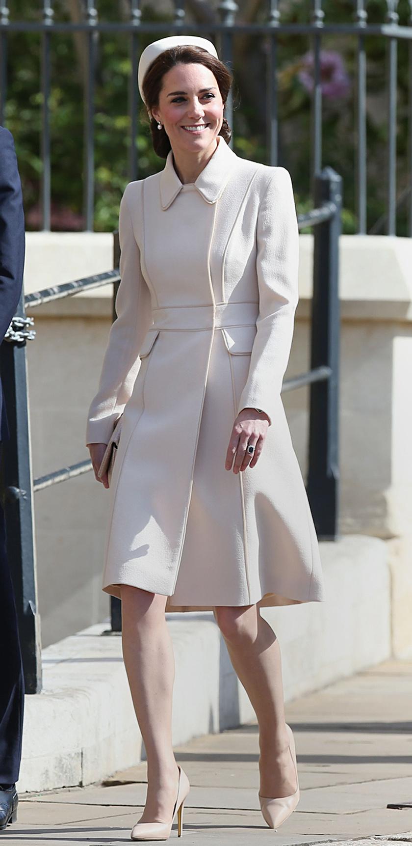 A hercegné ismét egyik kedvenc tervezőjétől választott: Catherine Walker tervezte a kabátruháját.