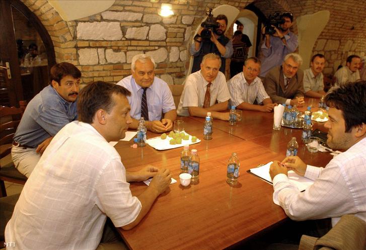 Orbán Viktor, a Fidesz elnöke, Áder János, a Fidesz frakcióvezetője, Harrach Péter, Mikola István, Matolcsy György, Pálinkás József és Révész Máriusz a Fidesz országos elnökségének rendkívüli ülésén a Fidesz Központi Hivatalában 2004. augusztus 22-én. A kép jobb oldalán Habony Árpád, a Fidesz elnökségi tagja.