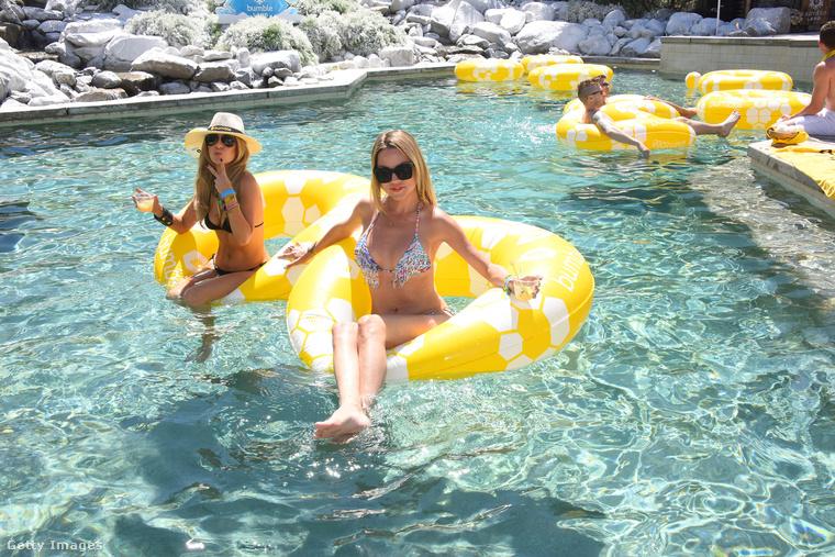 Hát két bikinis lány!