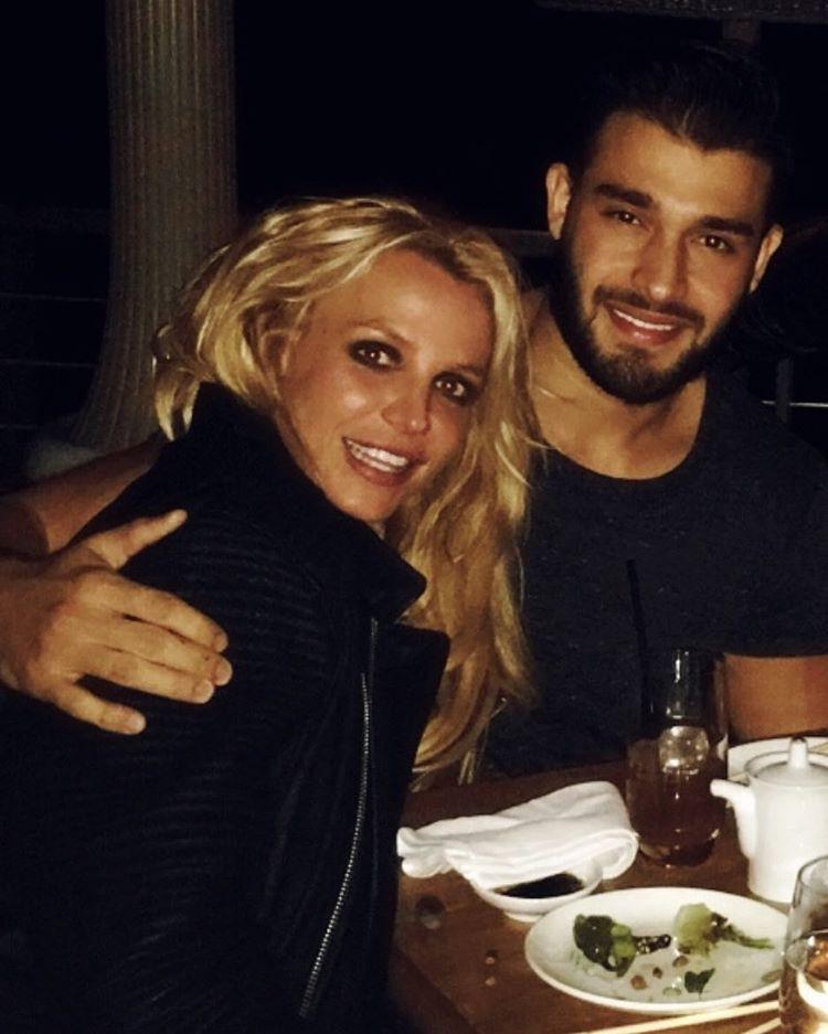 Spears-nek tehát egyet sem kell félnie, ha ezek a védelmező karok ölelik át