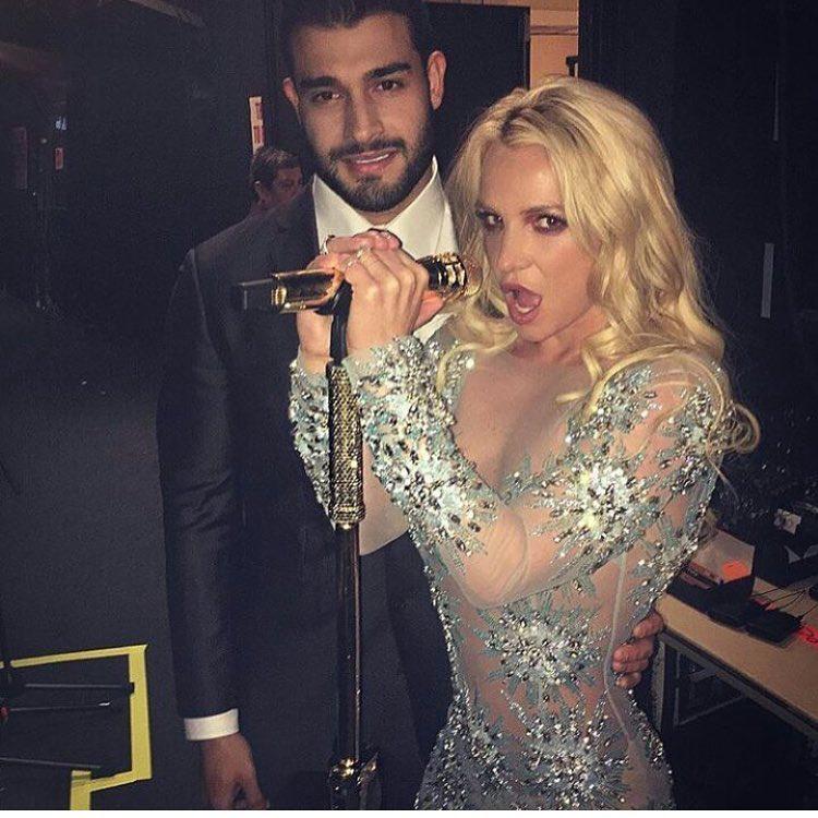 Ezzel a szomorú fotóval búcsúzunk, amelyen Britney Spears sokkal érdekfeszítőbb látványt nyújt, mint szegény Asghari tricepsze, ami így csupán mellékszereplő lehet