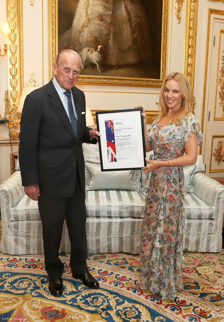 Kylie Minogue kitüntetést vesz át Fülöp hercegtől a Windsor-kastélyban.