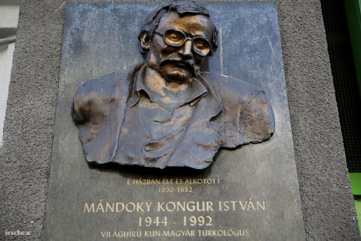 A Kazahsztánban eltemetett Mándoky Kongur emléktáblája a Bartók Béla úton.