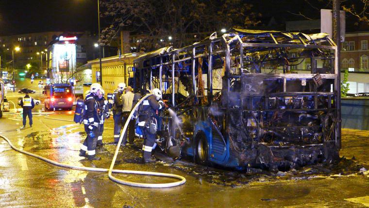 A busz hátsó részén csaptak fel a lángok.