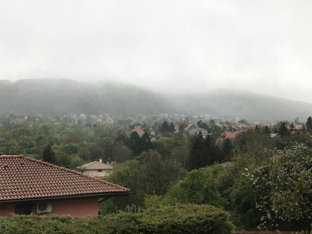 Az óbudai Testvérhegyről látható, ahogy a Hármashatár-hegyen havazik rendületlenül, olvasónk állítása szerint már reggel óta.
