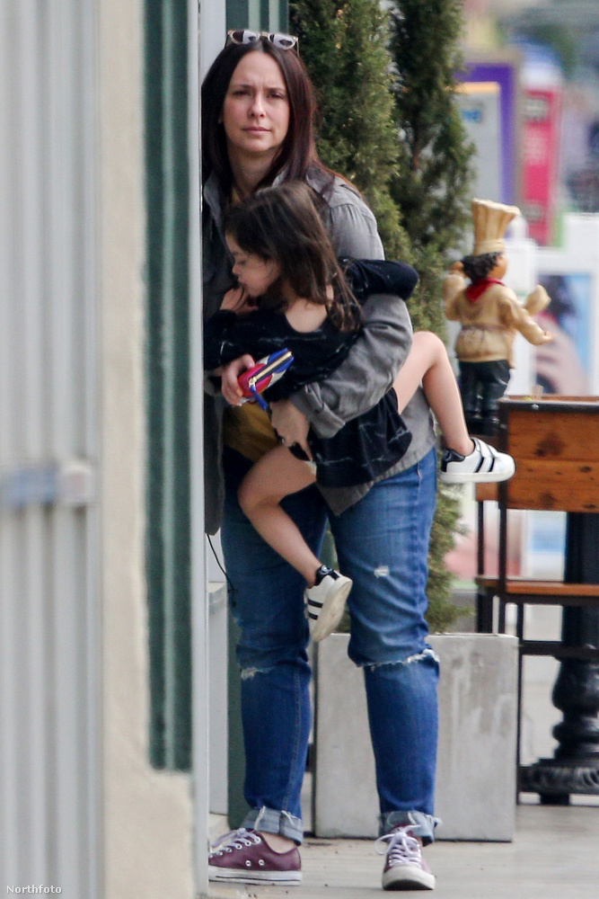 De szeret felmászni anyukájára, onnan jobb a kilátás