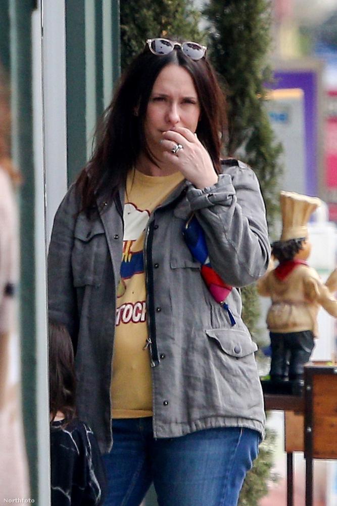 A képen látható színésznő a régen látott Jennifer Love Hewitt, akivel kapcsolatban az utóbbi években leginkább arról lehetett írni és olvasni, hogy gyereket vár, szül, gyereket vár, szül, esetleg smink nélkül közlekedik az utcán