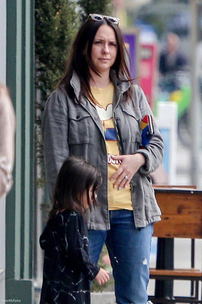 Vagy lehet, hogy a színésznő a harmadik gyerekét várja? Joggal gyanakszunk a kép alapján, de úgysem kell sokat várni, hogy kiderüljön a REJTÉLY