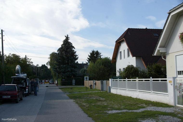 A rémségek háza a bécsi kertvárosban, egy 2006-os felvételen. Néha gyújtanak előtte gyertyát a gyerekrabló lelki üdvéért.