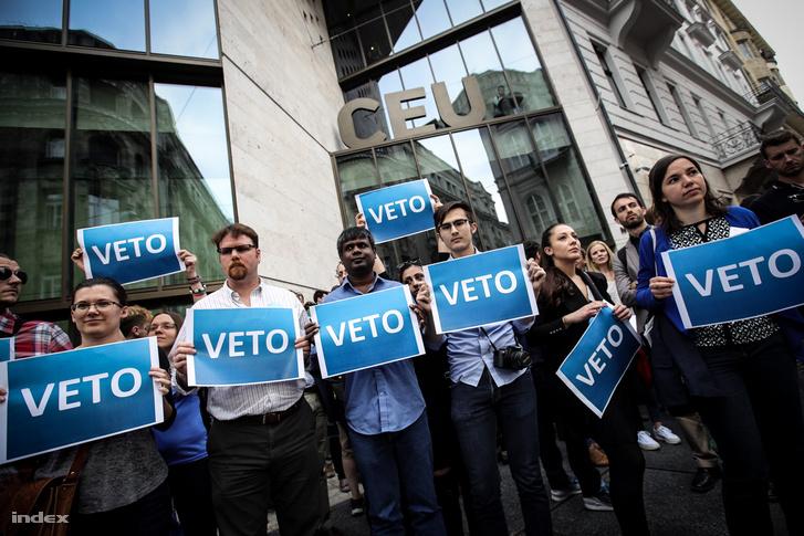 Tüntetők vontak élőláncot a CEU épülete előtt 2017. április 4-én, miután az Országgyűlés módosította a nemzetközi felsőoktatásról szóló törvényt