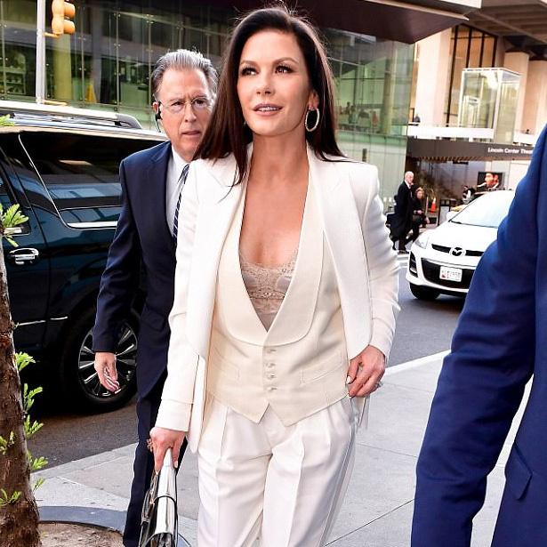 Catherine Zeta-Jones idén lesz 48 éves, de még mindig fantasztikusan néz ki.