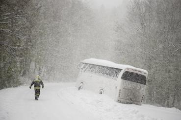 A hóesésben megcsúszott és elakadt autóbusz Mátraszentimre közelében 2