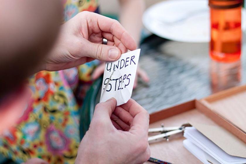 A papírdarabot úgy kellett összehajtogatni, hogy értelmes szöveg legyen rajta. Így is lett, és a lépcsők alatt keresgéltek tovább.