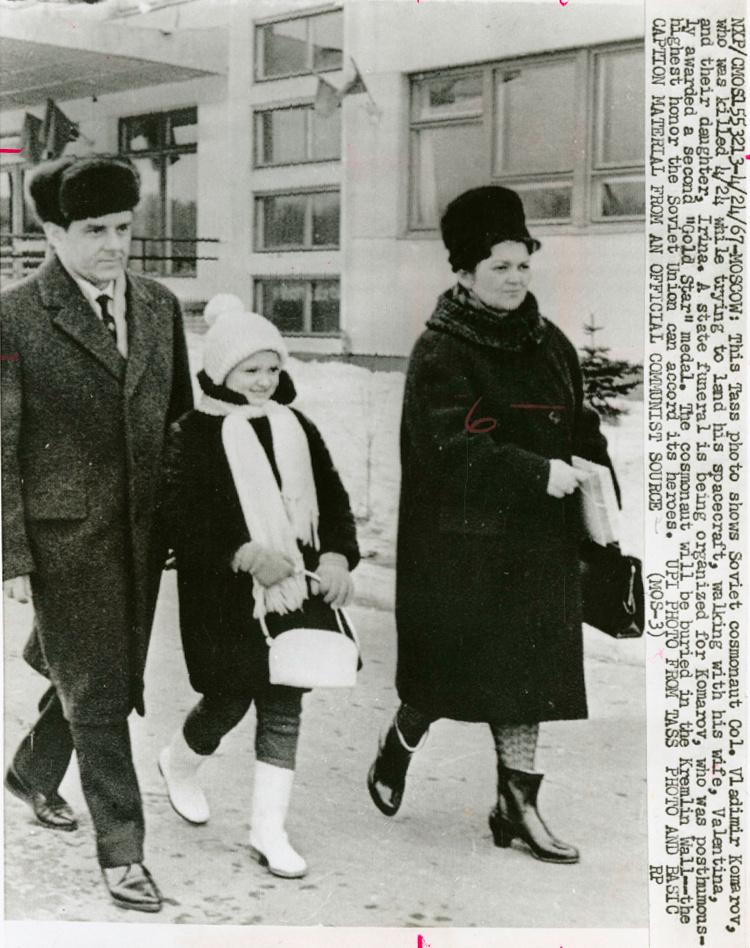 1967: Komarov feleségével, Valentyinával és lányukkal, Irinával.