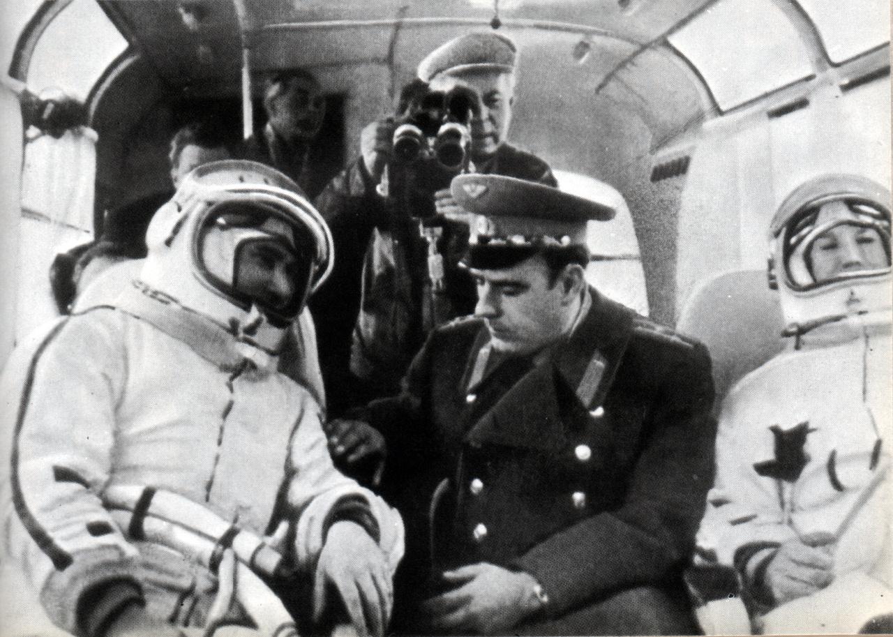 1965. március 18. Komarov a Voszhod-2 útra kész két űrhajósával, Beljajevvel és Leonovval, a startállásra tartó buszban.
