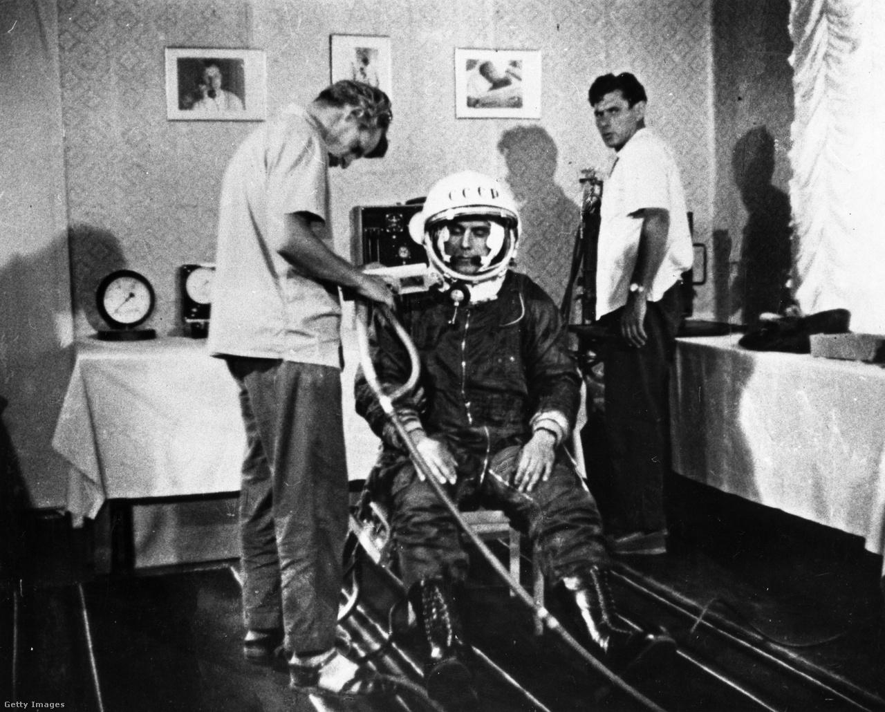 1962: Komarov űrhajóskiképzésének egy pillanata.