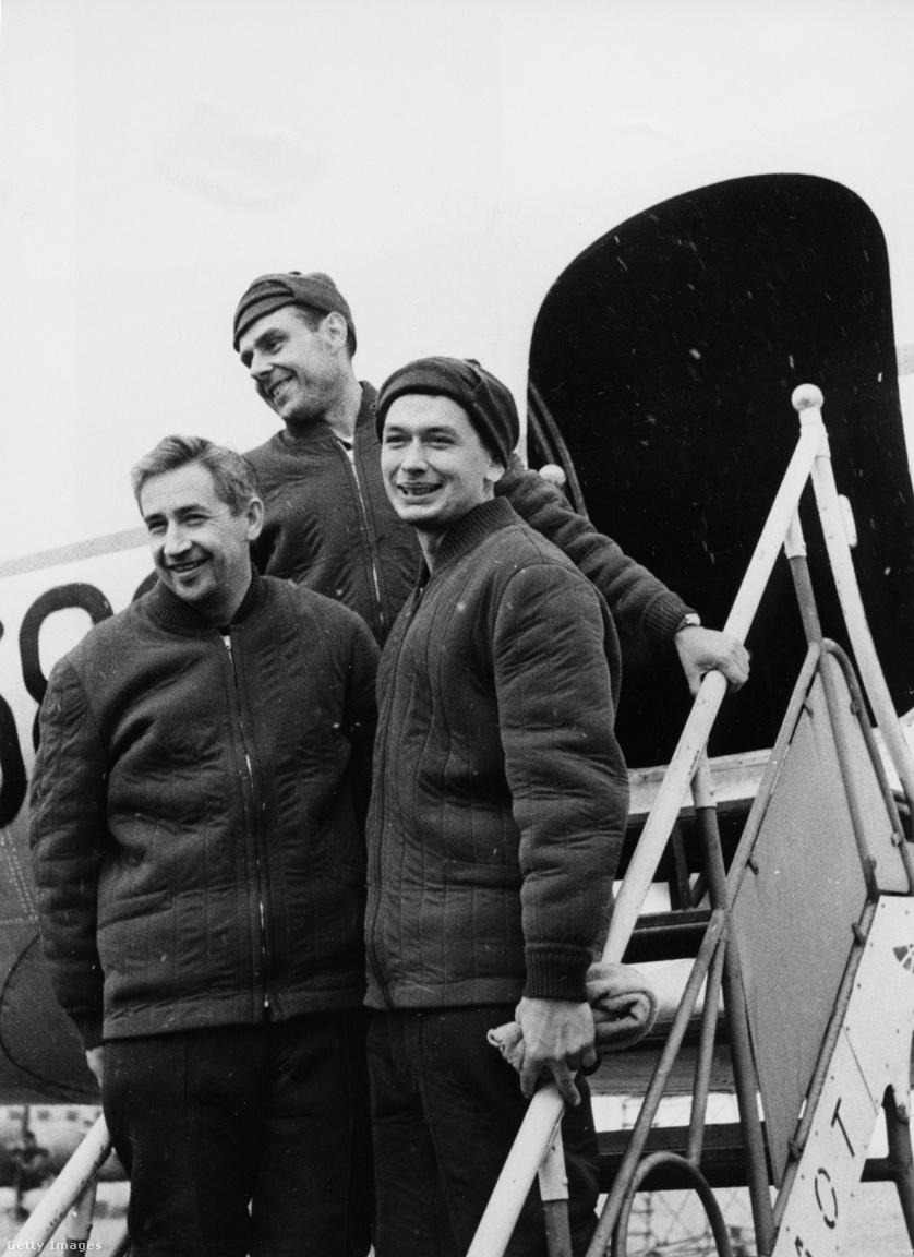 1964. október: A Voszhod-1 legénysége a vnukovói reptéren, visszatérésük után.