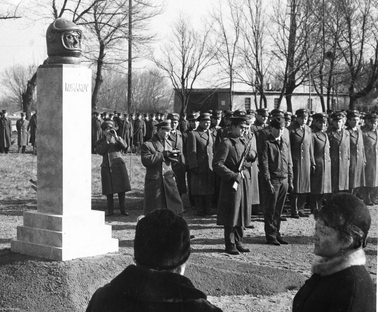 Pápán, a Vaszari úton, a katonai repülőtér parkjában 1968-ban avatták fel a szovjet űrhajós emlékművét. Szobrász: Pándi Kiss János.