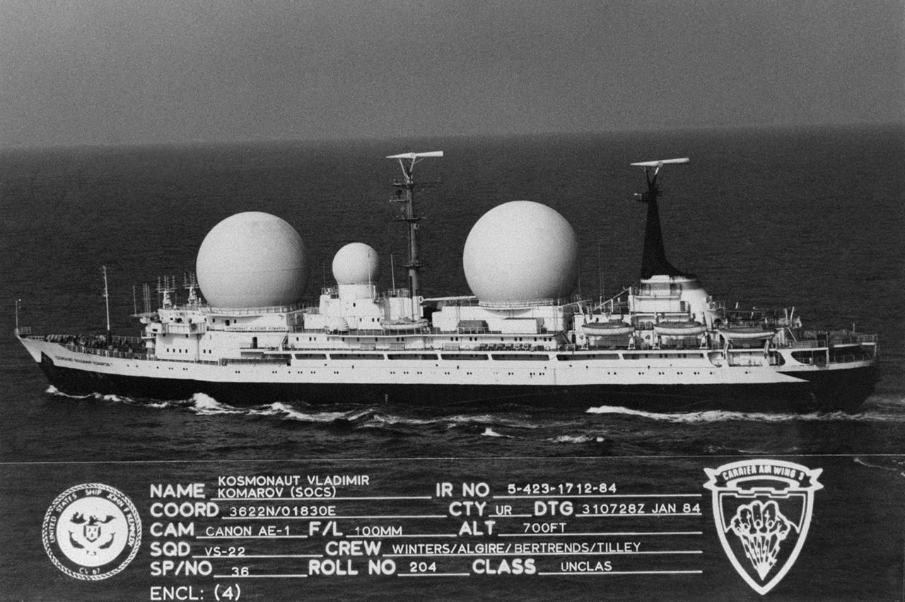 A szovjet űrhivatal Komarovról elnevezett űrtávközlési hajója az amerikai haditengerészet 1984-ben készült fotóján.