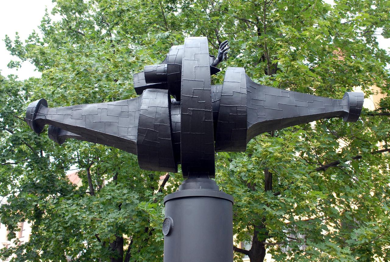 Emlékmű Pécsen, a Búza téren. Amerigo Tot világhírű szobrász alkotása a hősi halált halt űrhajósnak állít emléket. A szobrot 1979-ben avatták fel, 2007-ben felújították.