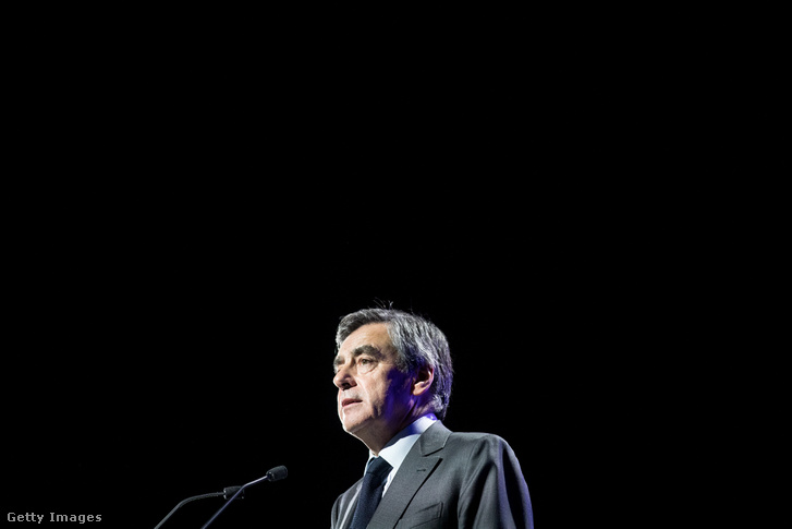 Fillon március 16-án Caenban tartott beszéde alatt.