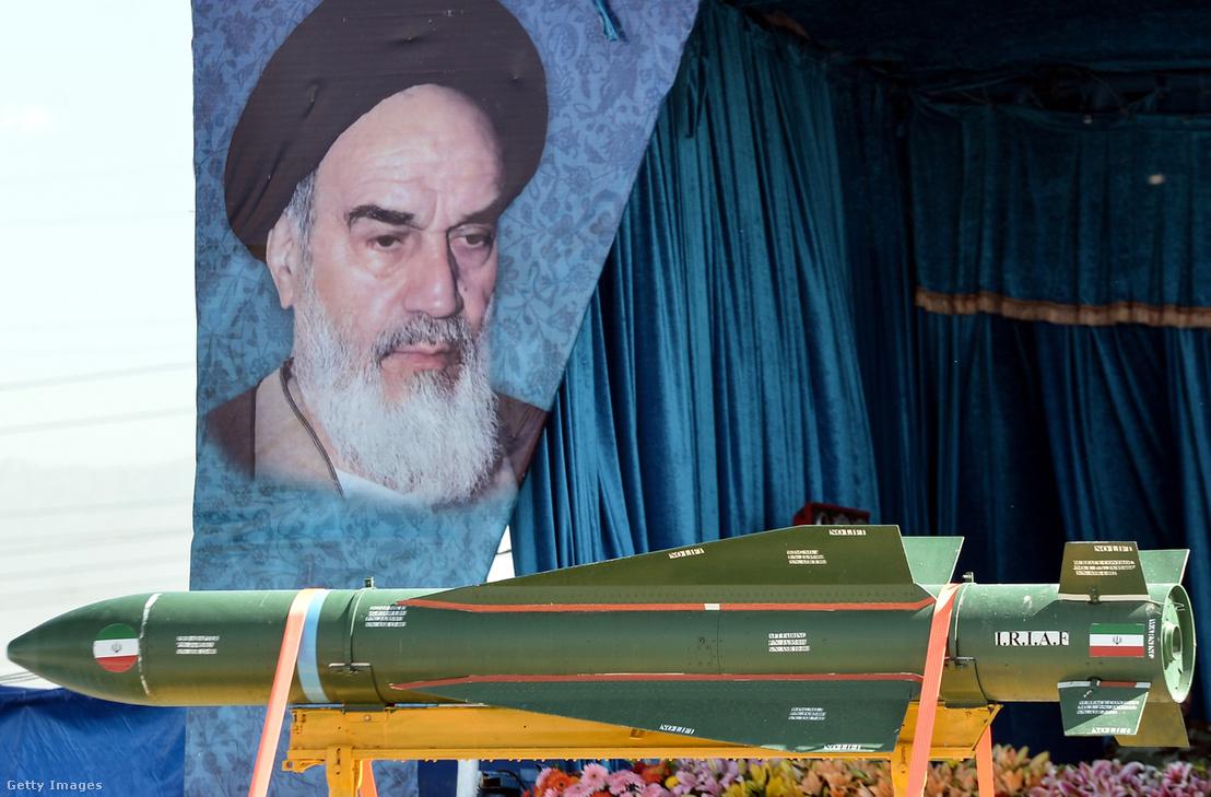 Rakétát masíroznak egy katonai parádén Iránban, április 18-án.