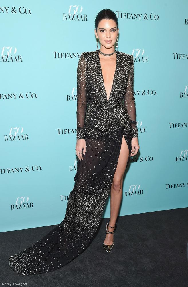 Három a magyar igazság: a harmadik egylábas celebnő ezen az estén a szintén modell Kendall Jenner volt.