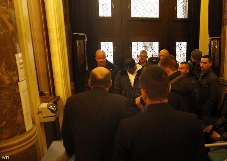 A vasárnapi zárva tartásról szóló népszavazási kérdés benyújtására várakozók csoportja Budapesten a Nemzeti Választási Iroda épületében 2016. február 23-án. Hátul középen Nyakó István MSZP-s politikus volt országgyûlési képviselõ.