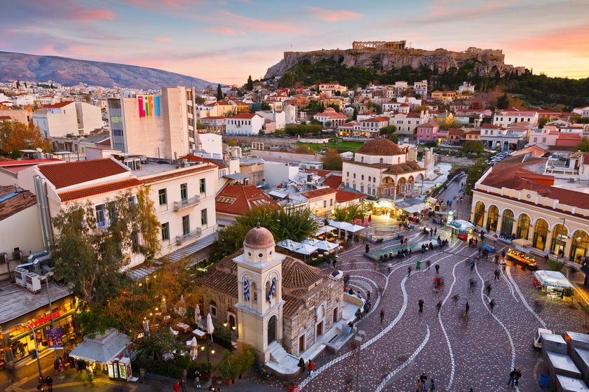 Érdemes a napot kora reggel az Akropolisz és a régészeti múzeum bejáratánál kezdeni, hogy még kellemes időben, kényelmesen juthass fel a híres épületekhez, elkerülve a tömeget.