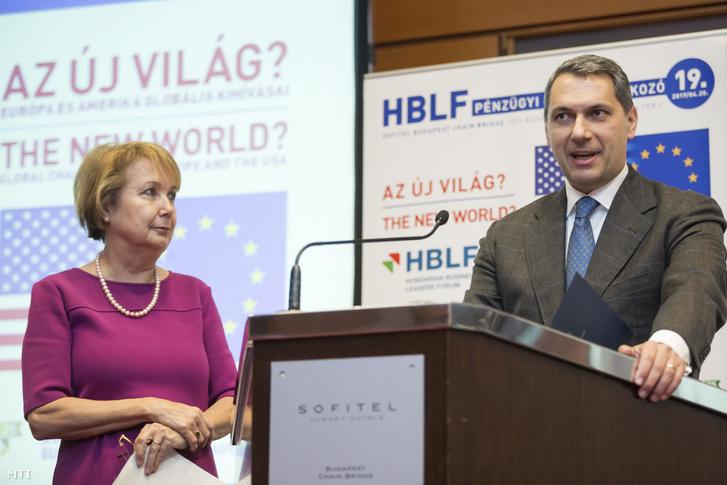 Lázár János a Miniszterelnökséget vezetõ miniszter beszédet mond a Hungarian Business Leaders Forum (HBLF) által rendezett XIX. Pénzügyi csúcstalálkozón a Sofitel Budapest szállodában 2017. április 20-án. Mellette Czakó Borbála, a HBLF elnöke.