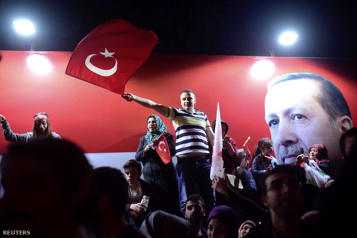 Ünneplő tömeg a török népszavazás eredményhirdetése után