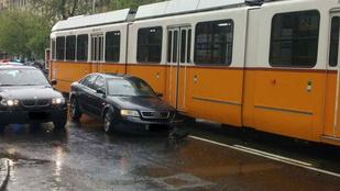 Villamos szakította le egy autó kerekét a Gát utcánál