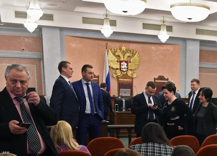 A Jehova Tanúi betitlásáról szóló döntés utáni pillanat az orosz Legfelsőbb Bíróság moszkvai üléstermében