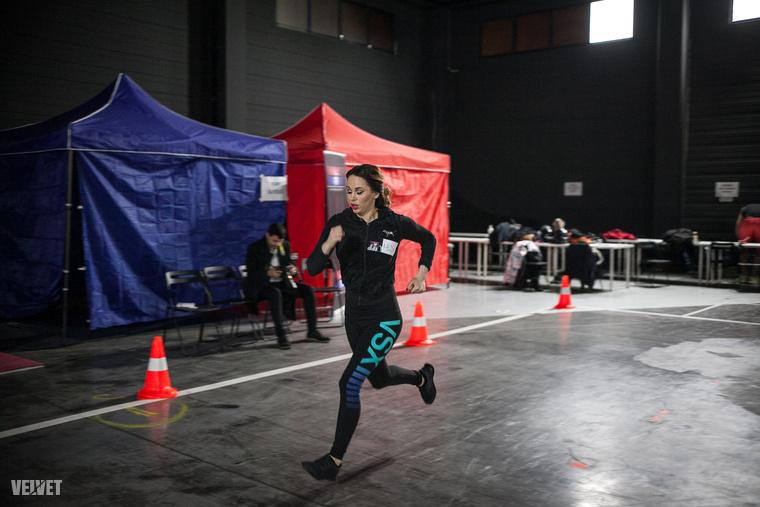 Először a vonalfutás néven is ismert gyakorlatnak egy fekvőtámaszokkal kombinált verzióját kellett bemutatni, volt nagy rohangálás és csúszkálás.