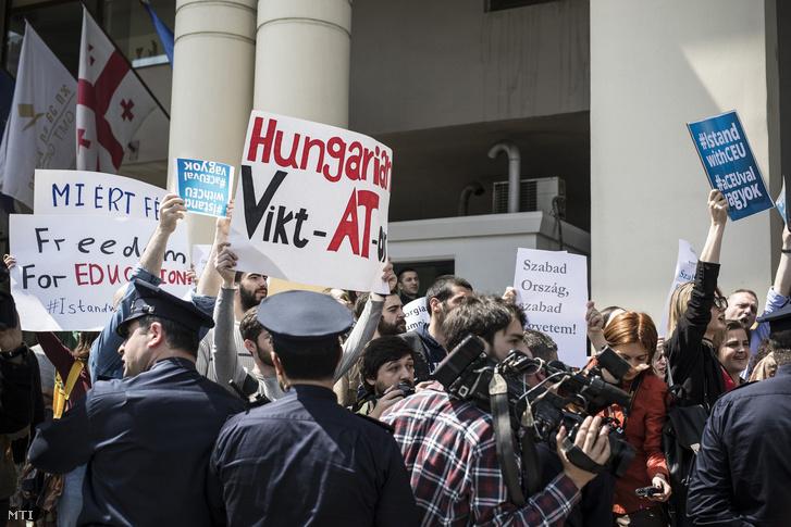 A Miniszterelnöki Sajtóiroda által közzétett képen Közép-európai Egyetem (CEU) mellett tüntetők a magyar-grúz üzleti fórumnak helyet adó szálloda előtt